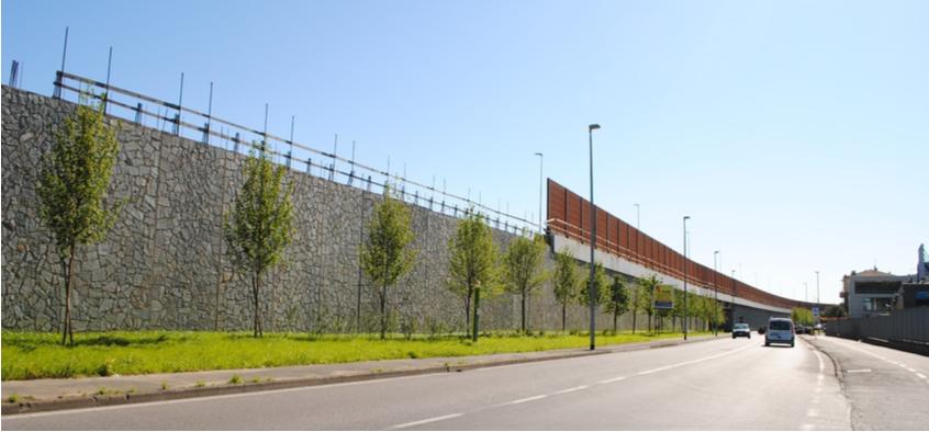 Costruzione del muro della nuova SP46 e della galleria fonica, vista da Via Dalla Chiesa
